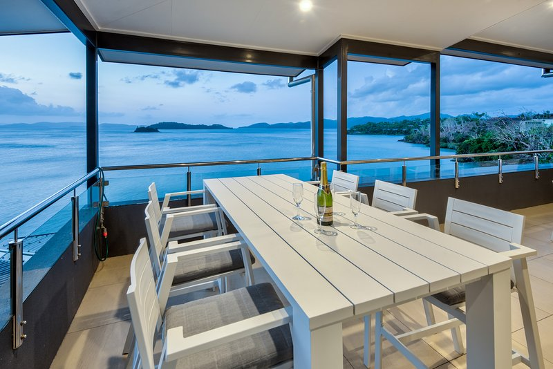 Edge 16 Waterfront Luxury Property With Golf Buggy, vacation rental in Hamilton Island