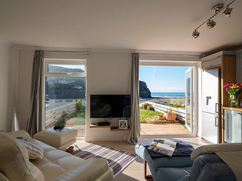 Fantastic Beachside Apartment - 60m to Beach - Private Garden & Garage, holiday rental in Porthtowan