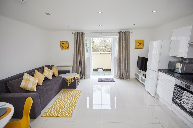Best rates for essential workers and contractors Parking wifi, vacation rental in Eastleigh