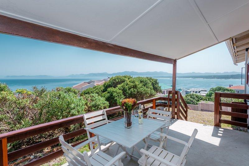 Splendida vista sull'oceano da lontano. Circondato da un giardino privato di 1200 m2 con fynbos indigeni