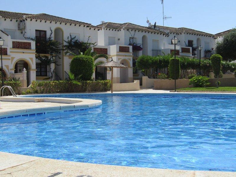 Cosy bungalow in Mirador del Mediterraneo, Orihuela Costa, holiday rental in Lo Rufete