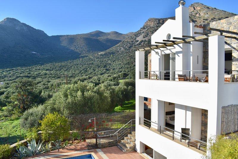 Tranquil villa, sleeps 6, private pool & garden, very close to village & beach, alquiler vacacional en Elounda