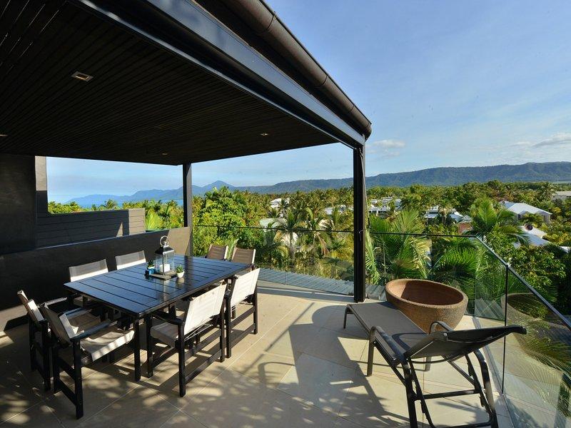 Hapuka - 4 Bedroom Villa in Town with Ocean Views, vacation rental in Port Douglas