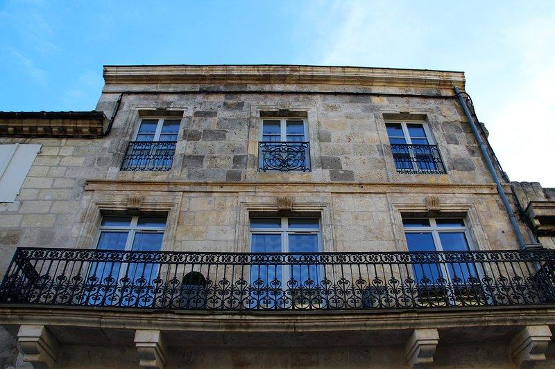 Les Gîtes du château 2 appartements face au château Henri IV – semesterbostad i Feugarolles