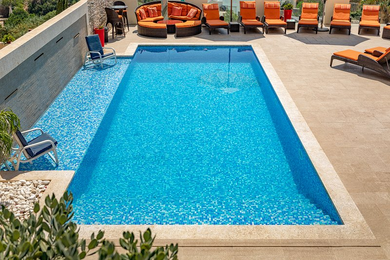 Ringway w. Outdoor & Indoor Pool in Mellieha:/BBQ/Air Condition, 5 mins to beach, holiday rental in Island of Malta