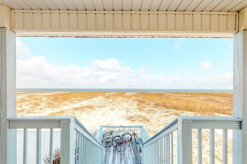 Waterfront beach house on the sound w/ breathtaking sunset views & gulf access, aluguéis de temporada em Grand Bay