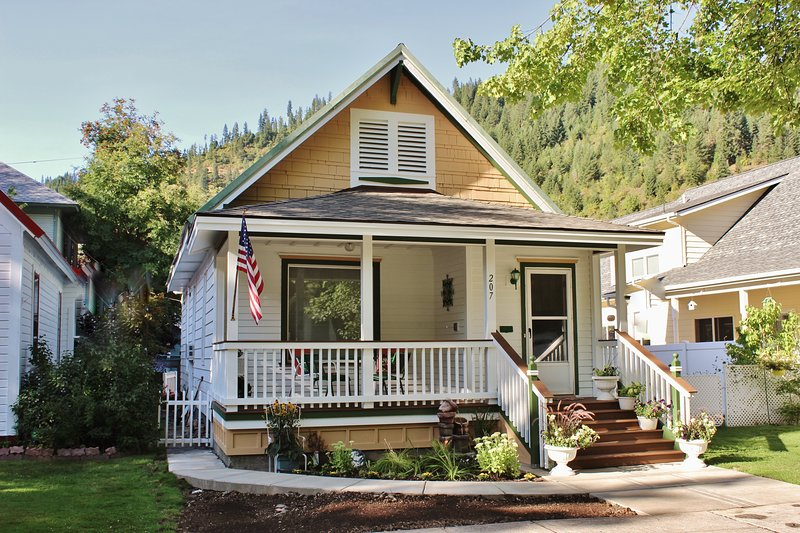 A Comfy Cottage vacation rental at the 'Center of the Universe!', holiday rental in Avery