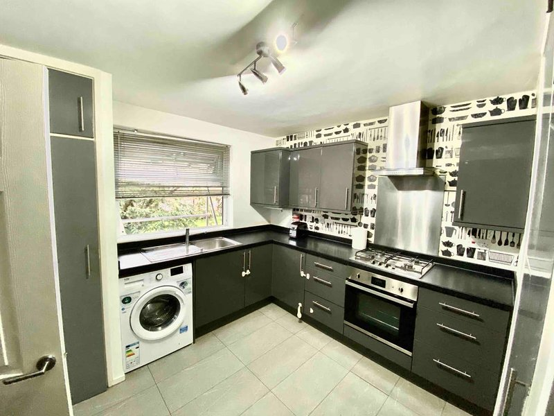 Nice 3-Bed Apartment Close to Heathrow, vacation rental in Ashford
