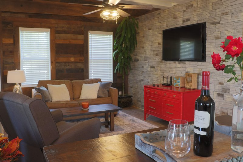 Duldraeggan - The romantic getaway cottage, holiday rental in Montebello