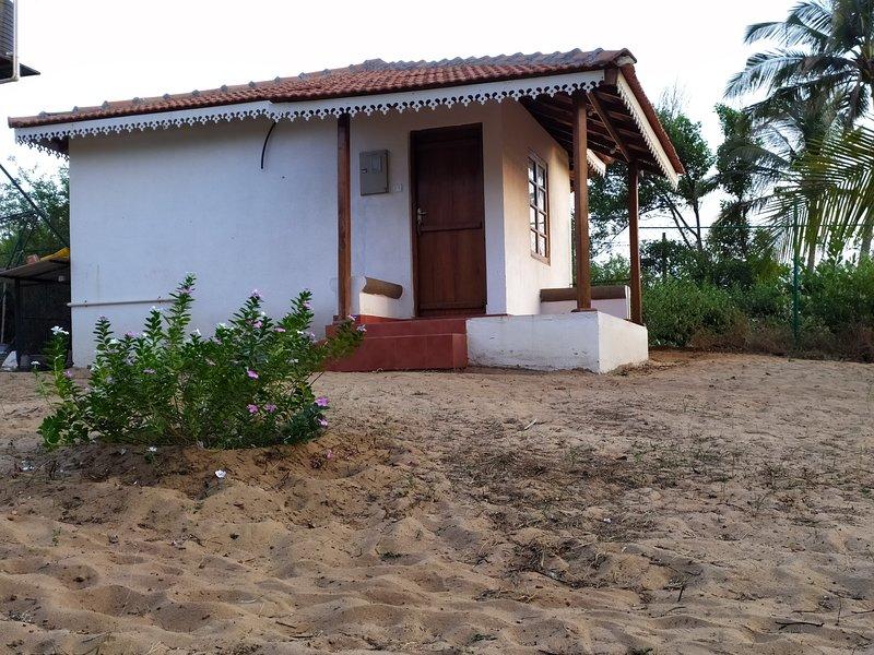Calangute beach house having private access to the beach., casa vacanza a Calangute