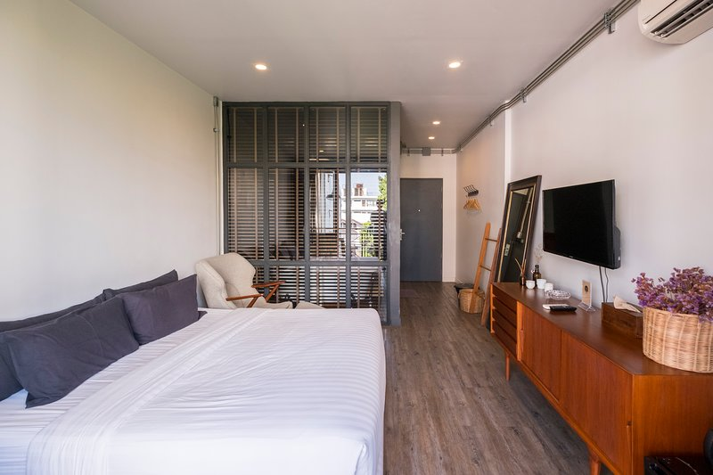 Iron32 Hotel: Deluxe King Room with Terrace and Bathtub near Night Bazaar, holiday rental in San Phranet