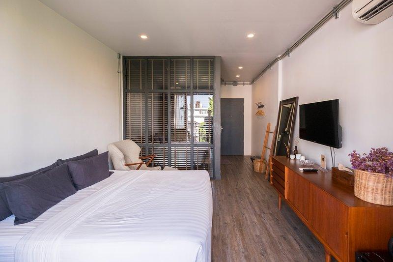 Iron32 Hotel: Deluxe King Room with Terrace and Bathtub near Night Bazaar, casa vacanza a San Phranet