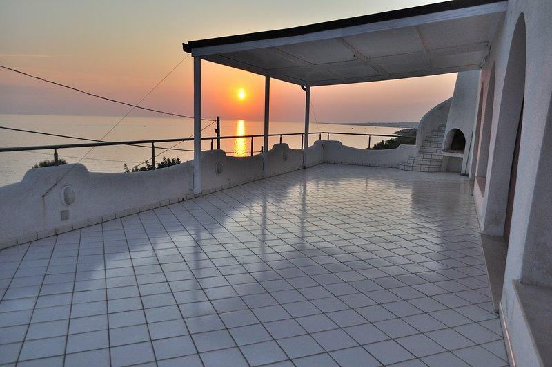 Casa BelMar, 8 posti letto, vista mozzafiato a soli 100 metri dal mare., holiday rental in Patu