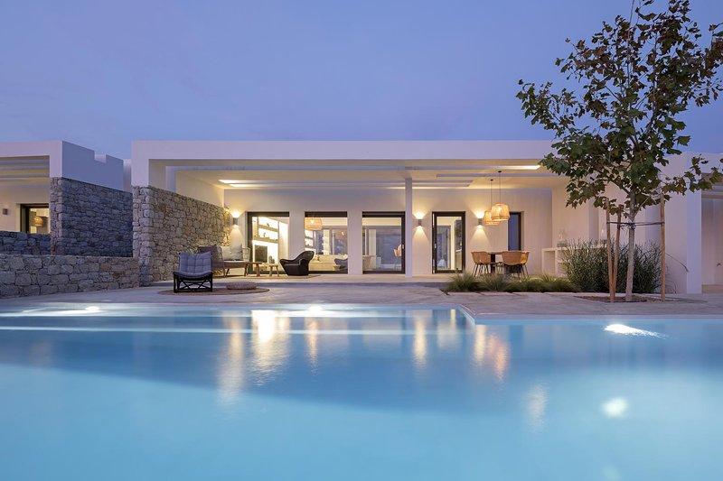 Hidden Hill South Villa in Naxos, holiday rental in Pyrgaki