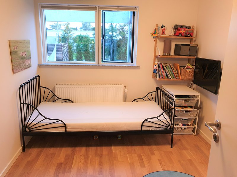 Newly renovated Room, Calm & Relaxing area, 18 minutes from CPH Central Sta. (h), holiday rental in Alleroed Municipality