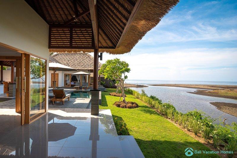 Villa Manik Segara (4): DeLuxe 2 bedroom villa ocean view, 200sqm, Ferienwohnung in Umeanyar