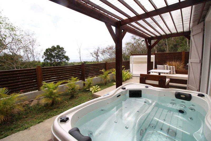 BUNGALOW VANILLE, CALME ET DISCRET AVEC SPA, VUE MER ET MONTAGNE, holiday rental in Mahaut