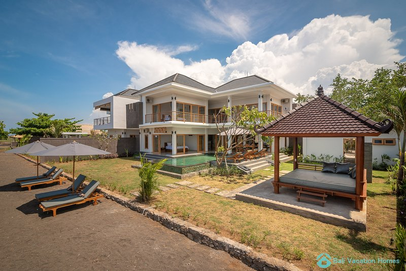 Villa Manik Segara (6): Premium 4BR villa Ocean/beach front, 400sqm2, Ferienwohnung in Umeanyar