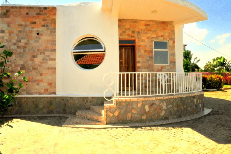 The Rounded Guest House & Safaris, holiday rental in Entebbe