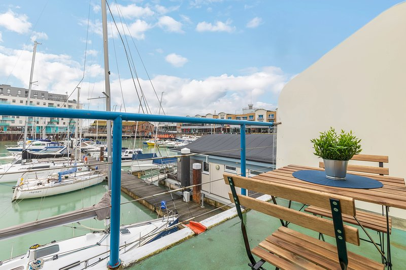 On the Water 2 -waterside studio with terrace overlooking the harbour, location de vacances à Peacehaven