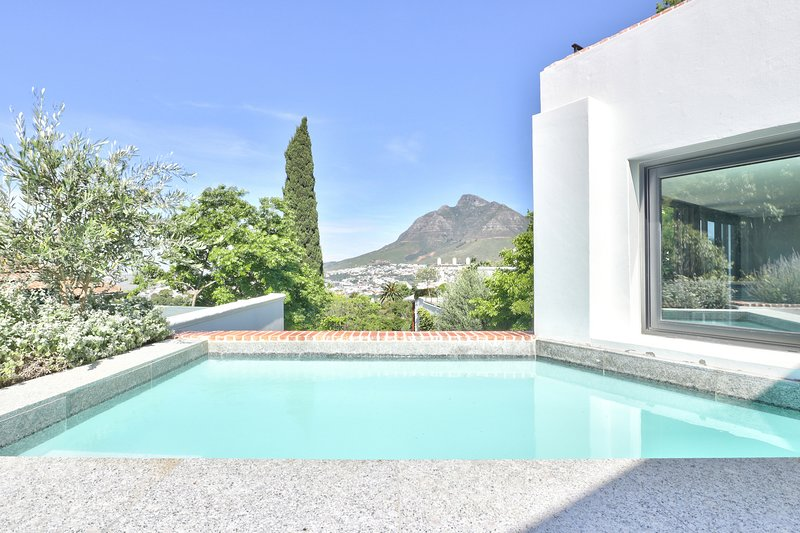 Chic Views Pool Suite - a luxurious 2 bedroom apartment in Cape Town, holiday rental in Gardens