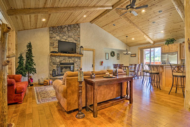 Big Bear Lake House w/ Mountain Views & Hot Tub!, alquiler de vacaciones en Moonridge