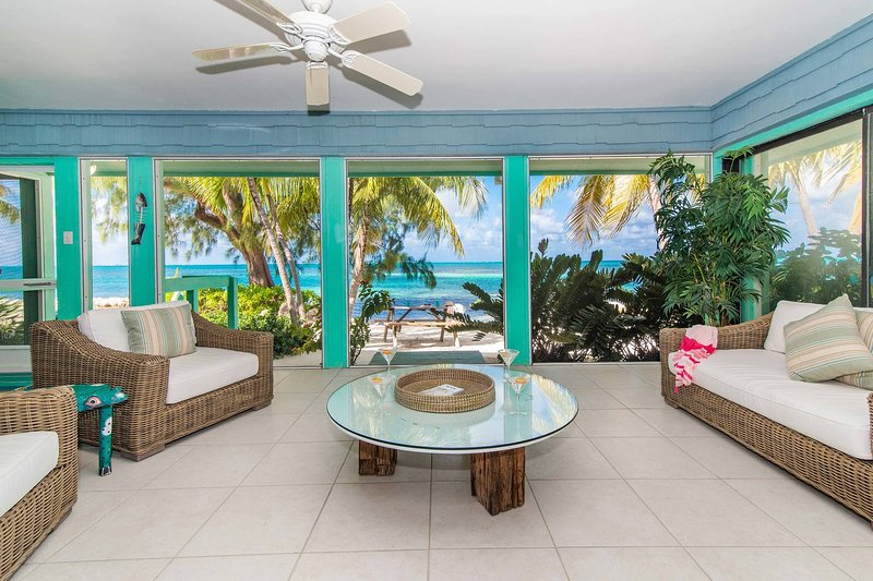 Fingertip: Gorgeous Waterfront Villa in Cayman Kai w/Private Beachfront!, location de vacances à Grand Cayman