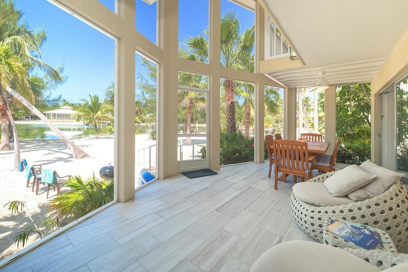 Seaside Dreams: Contemporary Oasis on Bio-Bay With Two Free Kayaks, casa vacanza a Grand Cayman