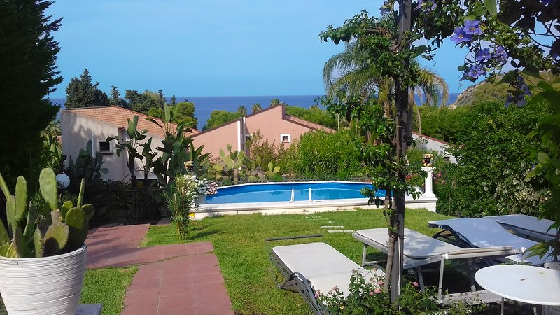 Villa Ele - Pool n Garden, holiday rental in Brucoli