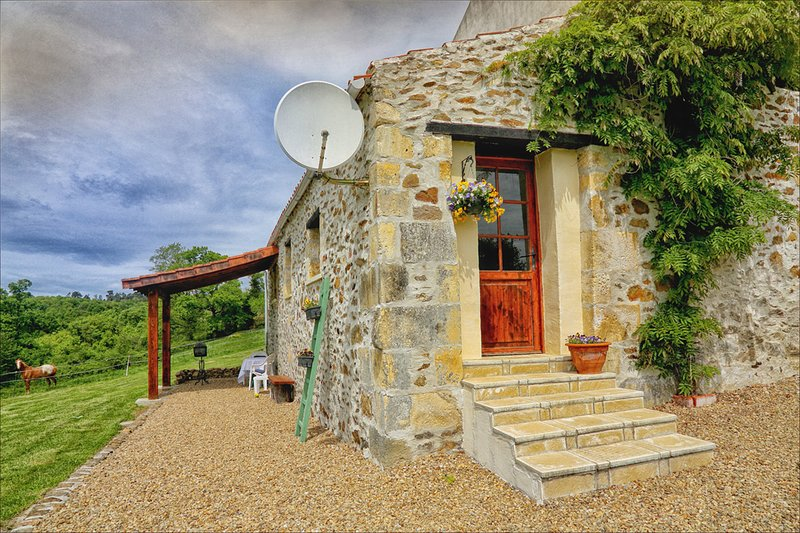 Gite Mineurs cottage holiday home with Pool. Nontron France Dordogne, vacation rental in Nontron