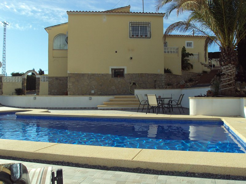 Large Air-conditioned 3 Bedroom Villa with Private Swimming Pool, vacation rental in Polop