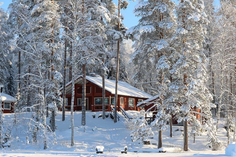 Tiilikka lakeshore cottage in Finnish Lakeland, location de vacances à Aatola