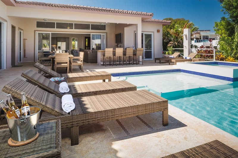 Luxurious professionally decorated, 4 bedroom 4 bathroom villa, holiday rental in Perla Marina