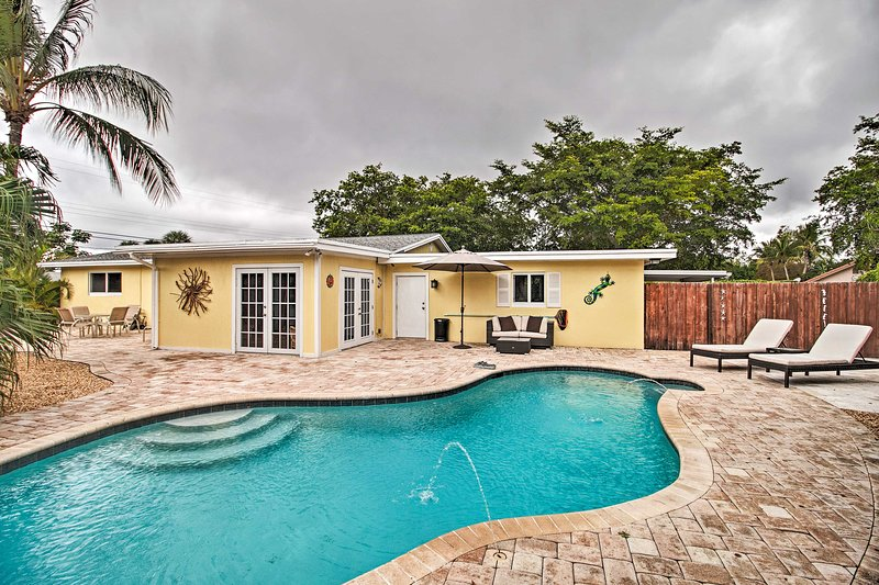 Pet-Friendly Retreat w/ Pool, ~ 2 Mi to Beach Park, alquiler vacacional en Lake Worth