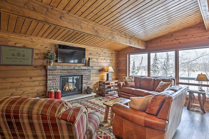 L'interno della cabina vanta elementi di lusso rustico.
