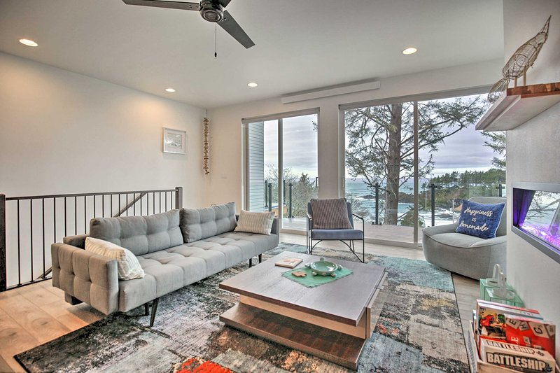 NEW! Depoe Bay Townhome w/ Deck & Ocean Views!, alquiler vacacional en Depoe Bay