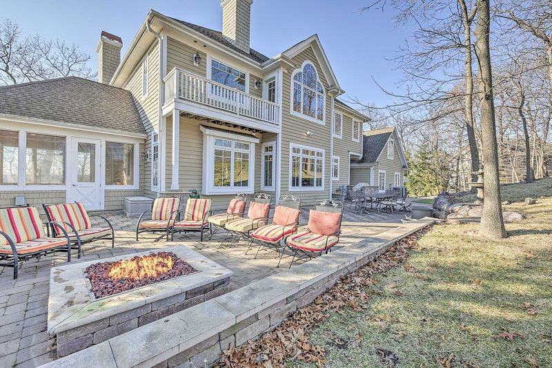 NEW! Golf & Lake Retreat w/ Fire Pit & Pool Table!, vacation rental in Williams Bay