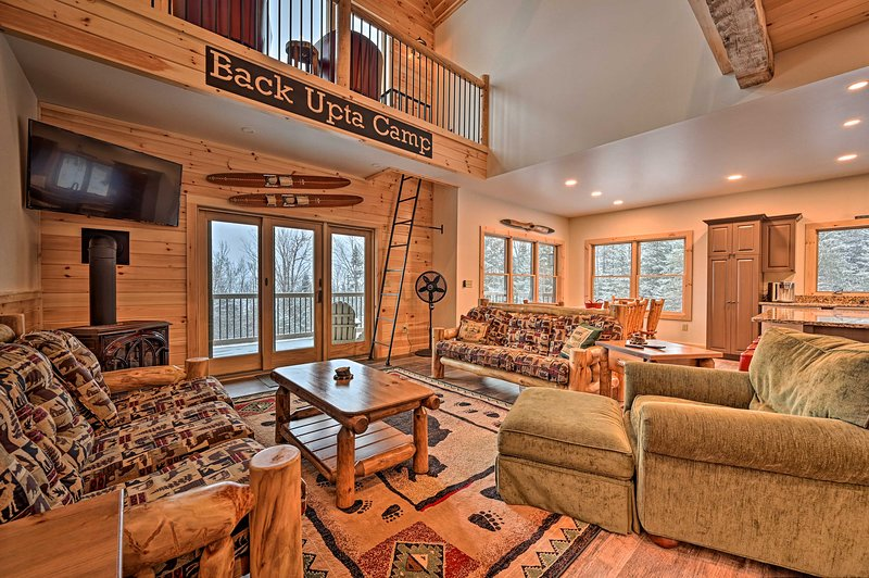 NEW! Rustic 3-Story Pittsburg Home w/Top Amenities, holiday rental in Pittsburg