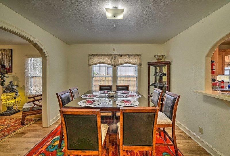 Rassemblez-vous autour de la table à manger formelle pour un savoureux repas fait maison.