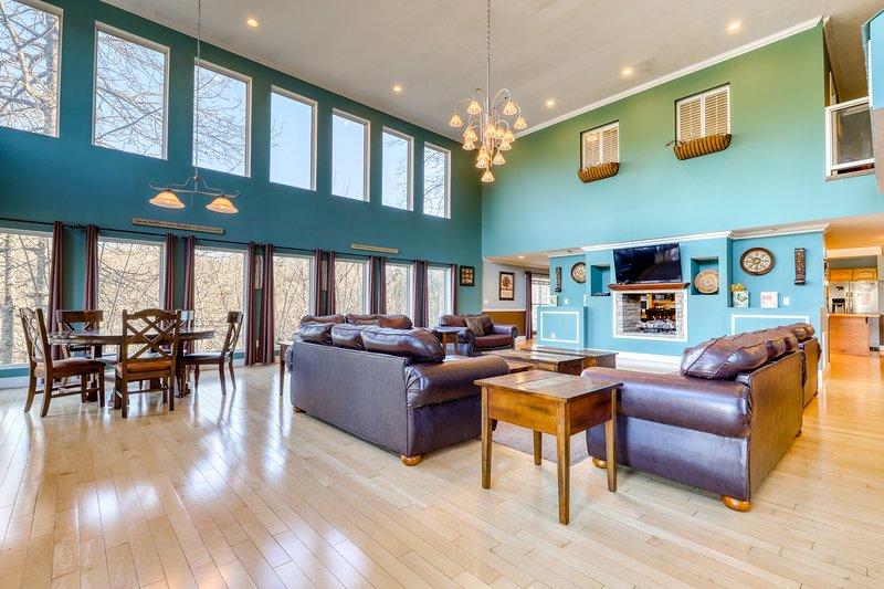 Elegant home w/ mountainside views, a private hot tub, & seasonal pool, vacation rental in Gatlinburg