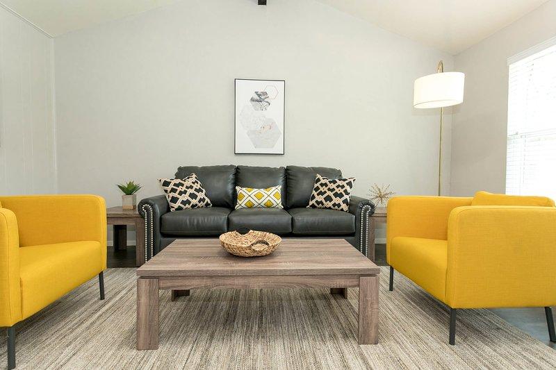 Soggiorno con divano letto e grande TV intelligente