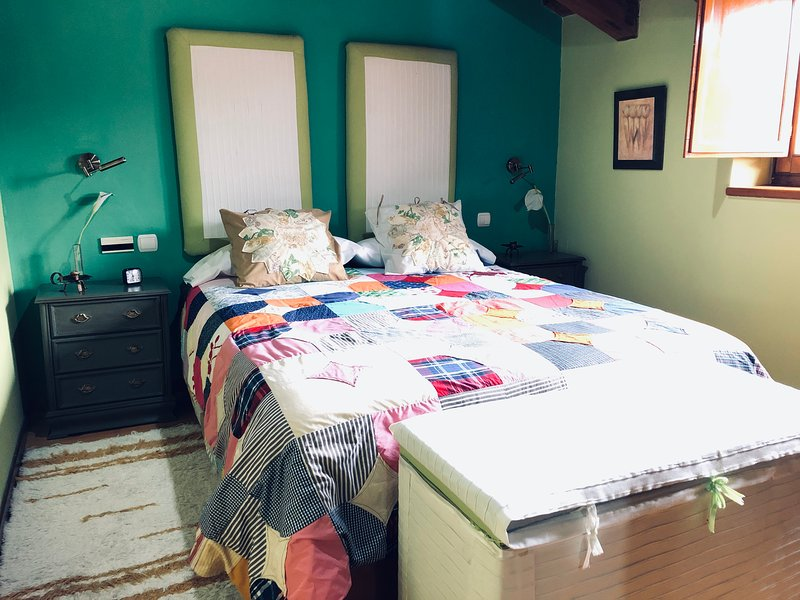 Habitación doble cama matrimonio en Pensión Trescasas. Casa rural. Segovia., location de vacances à Torrecaballeros