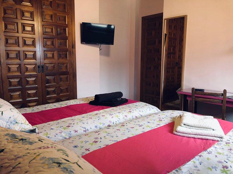 Habitación doble 2 camas individuales en Pensión Trescasas. Casa rural. Segovia, vacation rental in Rascafria