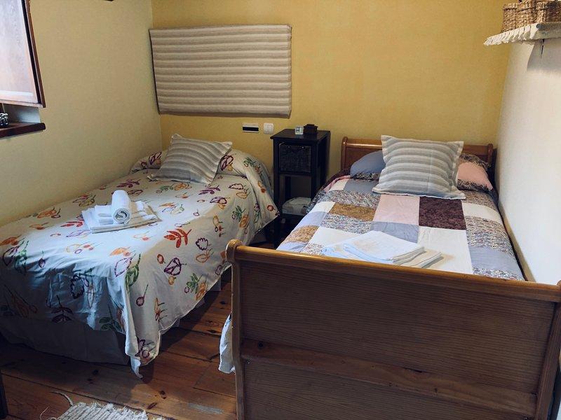 Habitación doble 2 camas individuales en Pensión Trescasas. Casa rural. Segovia, location de vacances à Bernuy de Porreros