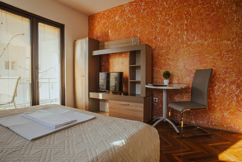 1 Bedroom, 1 Bath Apartment with private balcony, aluguéis de temporada em Orahovac