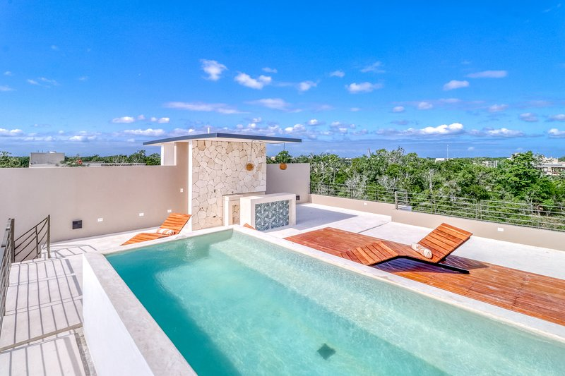 Modern penthouse in secluded area w/ private pool, rooftop, partial AC & WiFi!, location de vacances à Tulum