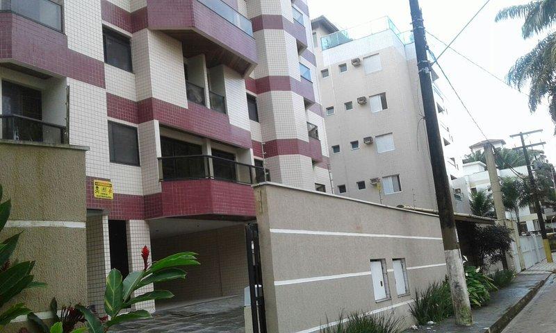 Apartamento Duplex - 100m da Praia Grande de Ubatuba - Larissa 105, vacation rental in Ubatuba