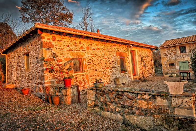 Gite Chataigne holiday home with Pool Nontron France Dordogne.Sleeps 4., casa vacanza a Saint-Saud-Lacoussiere