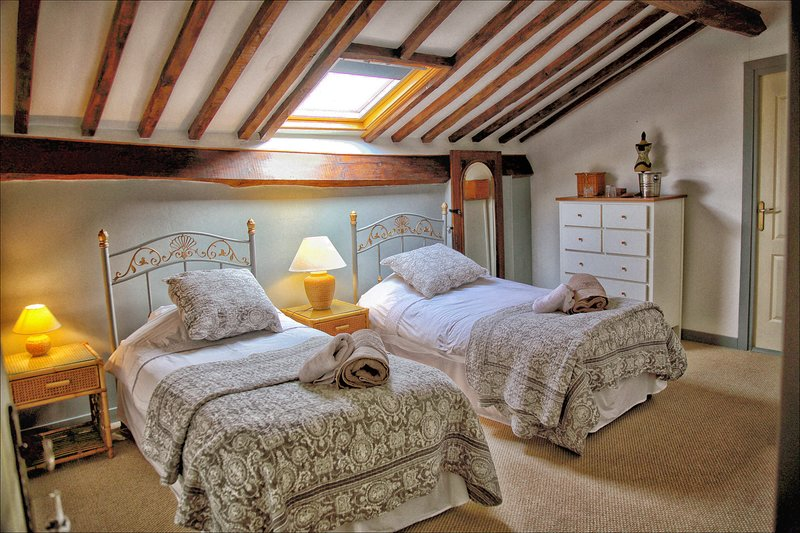 Twin ensuite bed and breakfast with pool. Nontron. Dordogne. France., vacation rental in Nontron