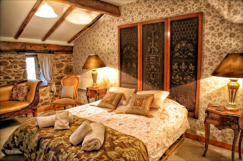 Double room ensuite with Pool.Bed and Breakfast. Nontron France. Dordogne, casa vacanza a Saint-Saud-Lacoussiere
